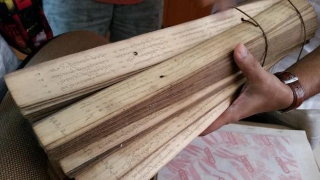 Das traditionelle Medizinwissen Sri Lankas auf Palmenblättern
